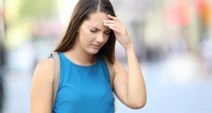 Frau mit Kopfschmerzen durch Chronischer Stress