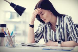 Immer müde Frau am Schreibtisch