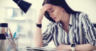 Müde Frau am Schreibtisch
